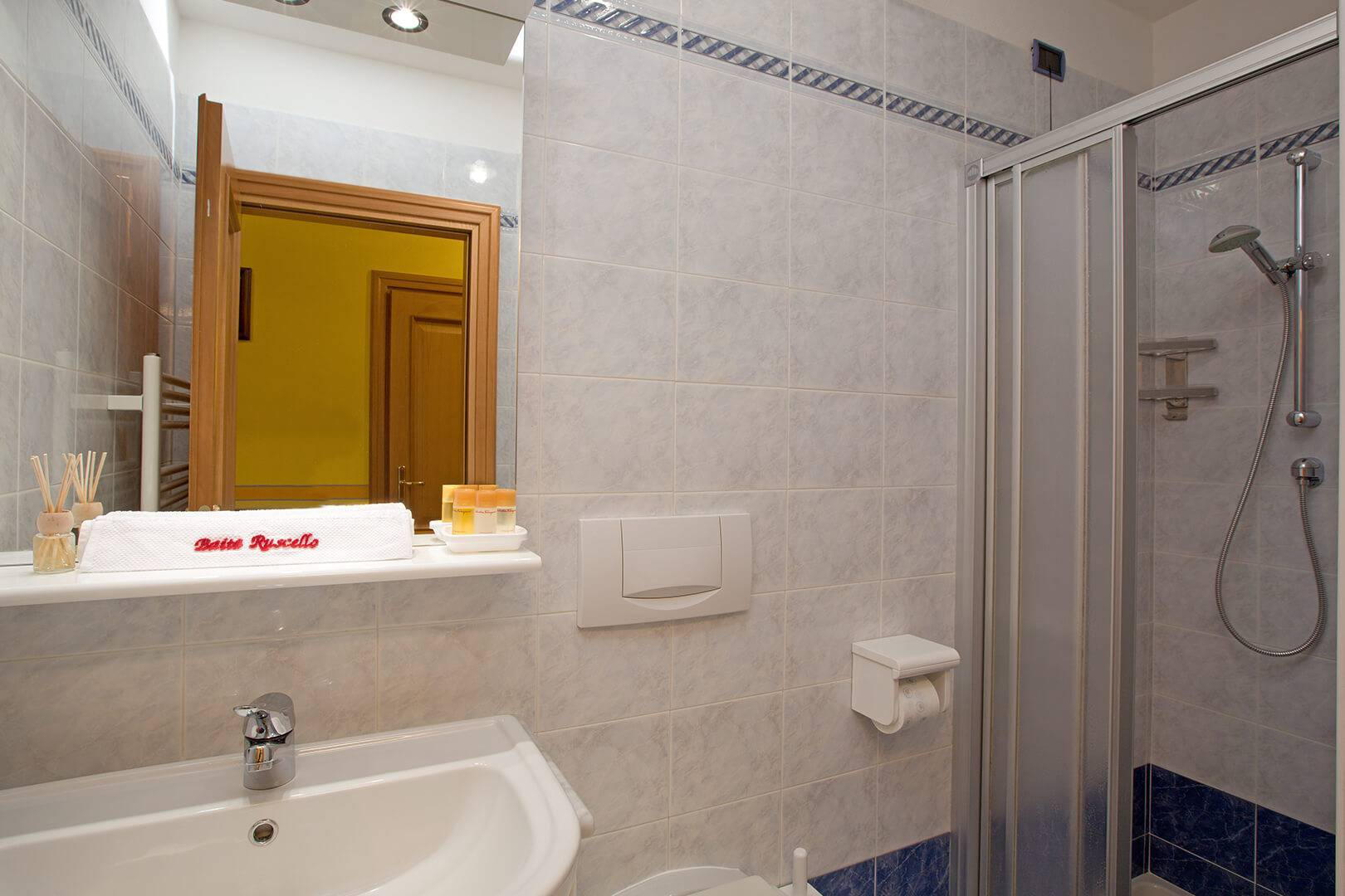 The Giallo Apartment is equipped with a large bathroom with shower