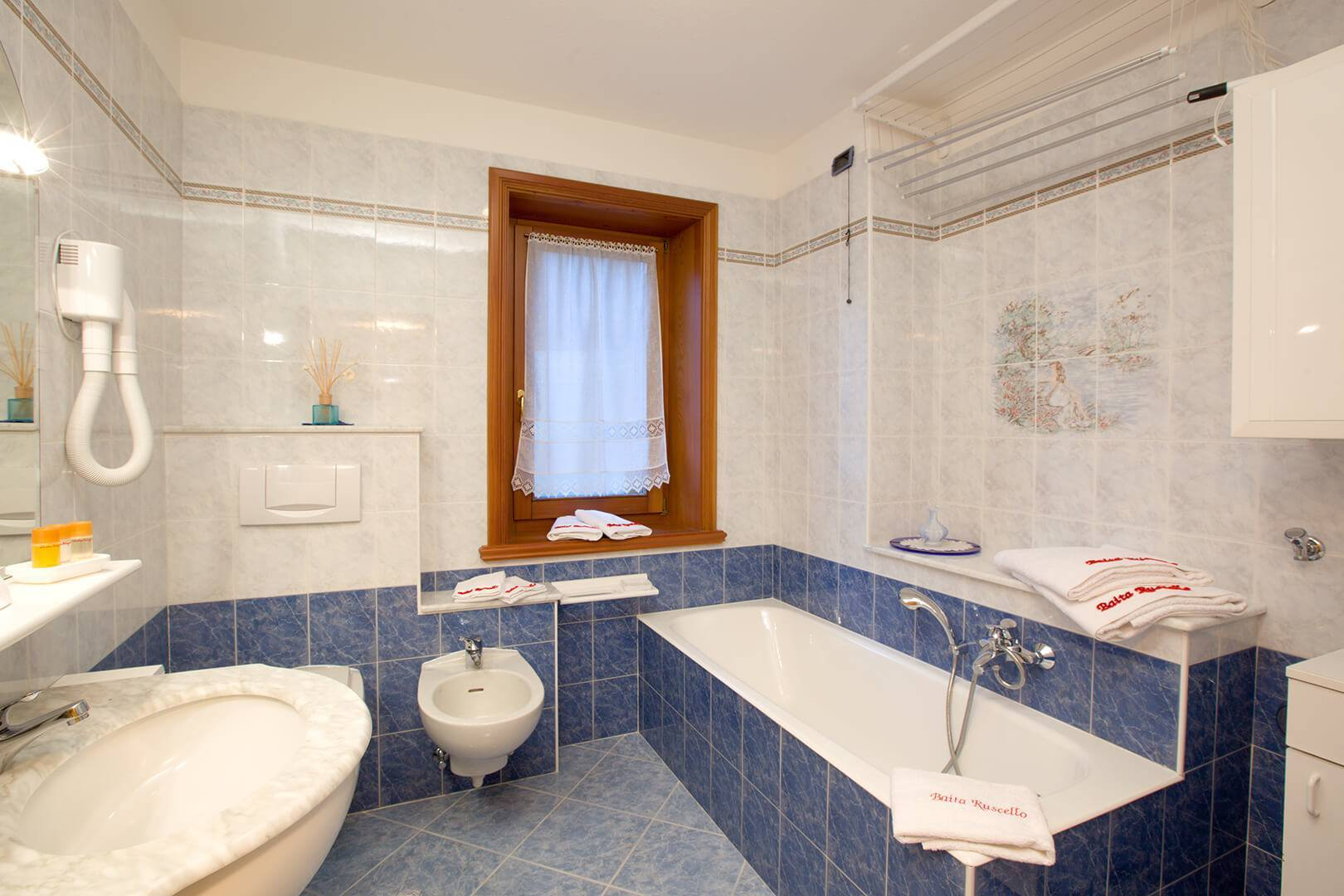 Bathroom with bathtub in the Giallo Apartment