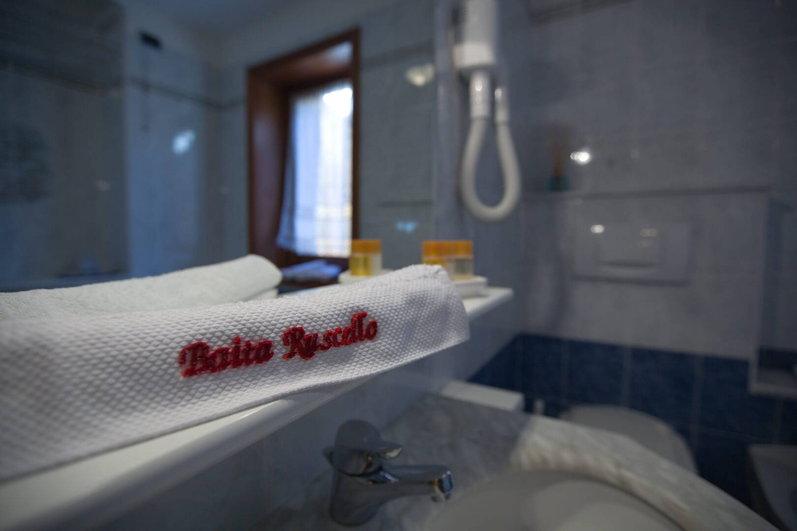 Bathroom Giallo Apartment